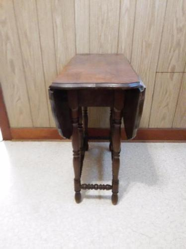 Drop leaf gate leg table