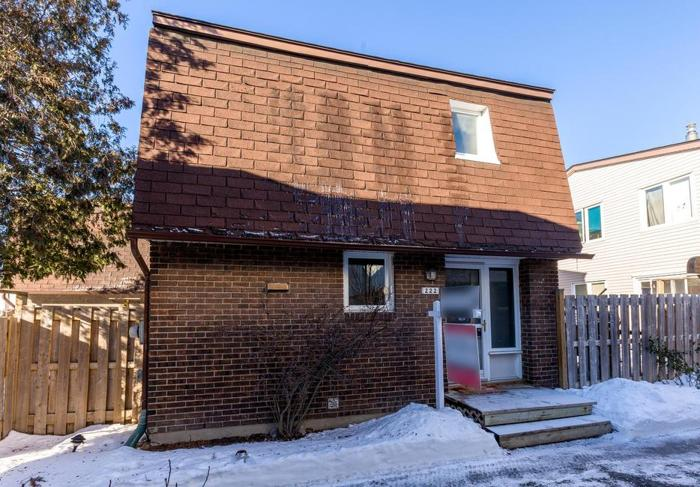 Fantastic 3 bed/2 bath South Keys townhome with parking