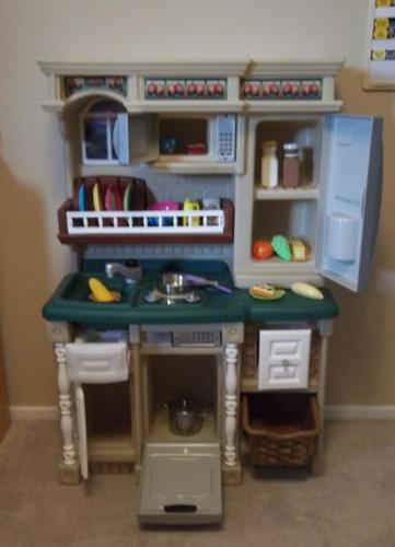 IN MINT CONDITION . LIFE STYLE CUSTOM KITCHEN BY STEP 2