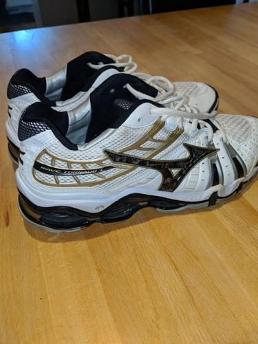 Mizuna volleyball shoes size 9