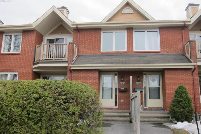 MOVE IN READY 1 BDRM + DEN IN DESIRABLE CLUB CITADELLE