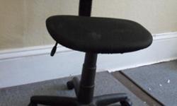 English follow.Chaise de bureau noire, hauteur ajustable (de 38 cm à 52 cm), dossier ajustable. En bon état, utilisée un an seulement. � vendre parce que je déménage dans un appartement plus petit.Vente de déménagement. J'ai beaucoup d'autres meubles et