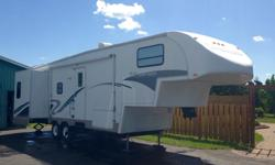2004 Glendale Titanium RV 32'/37' Fifth Wheel Gross Weight 4390kg 2 slide outs, Queen size bedroom, pull out sofa, electric fireplace, A/C