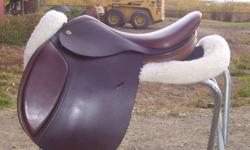 Superbly crafted close contact saddle, made in England. Built on a proven tree that has been modified to provide more clearance around the pommel. The style of the tree helps the rider maintain perfect balance during flat work and over fences. Exselle