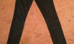 SIZE: 25 BLACK GUESS JEANS ! SKINNYS JEWELS ON ONE OF THE BACK POCKETS PAID $130 FOR THEM