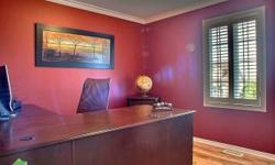 Superbe bureau et classeur en bois de qualité à vendre. Chaise en cuir de bureau (compagnie Canadienne) incluse. Valeur du bureau, plus de 1000$, demande 400$ pour les 2. �crivez-moi en privé.