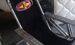 Chaise de Collection fait avec des bâtons d'hockey Easton, vraiment unique.