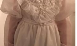 Girl size 6x Beautiful dress Comes with vale/purse/ long gloves