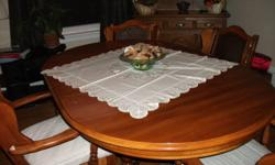 Beautiful table and 4 chairs. Excellent condition Call Beverly 519 802 2265