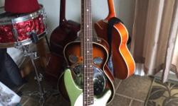 �ber cool looking bass with a beautiful green retro but also modern look . How do they do it !? Comes with a new set of extra strings and strap . Bought it but cannot play it as my left shoulder is damaged . Come and grab it !