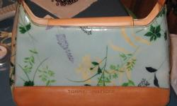 BEAUTIFUL TOMMY HILFIGER PURSE, FLORAL PATTERN - VERY VERY NICE EXCELLENT CONDITION