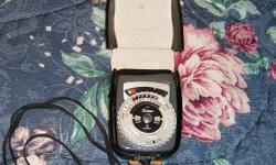 Vintage Gossen Sixtar Light exposure Meter (1964) Beautiful condition in leather case. $15. Aylmer, Quebec.