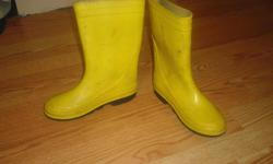 I have a Yellow Rainboots Size 2 Child for sale! This is in excellent condition and would look great on your child or loved one or to give as a gift. Comes from a non-smoking household. Do not miss out on this excellent opportunity to get this for a